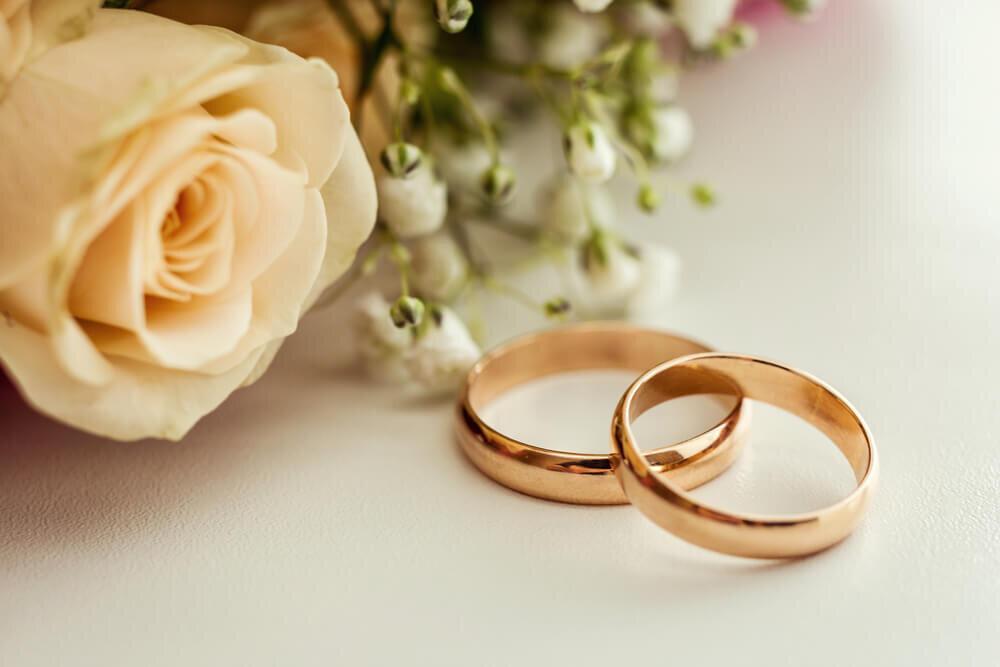 花と並ぶ結婚指輪