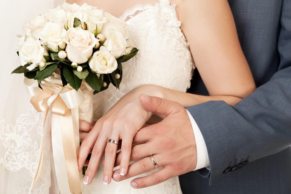結婚指輪を着ける新郎新婦