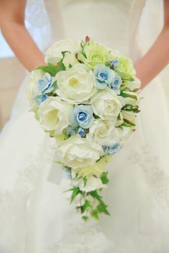 キャスケードブーケを手に持つ花嫁