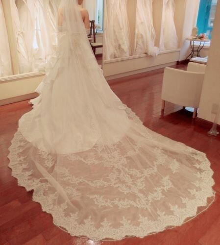 ロングトレーンのウエディングドレスを着ている女性