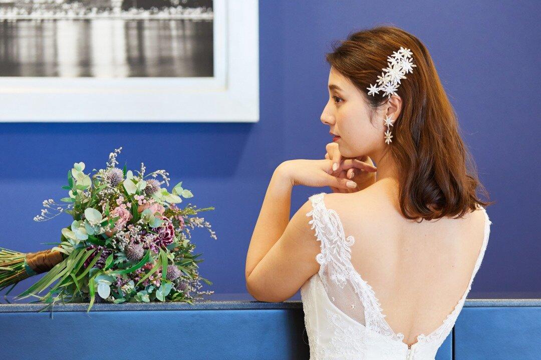 フルダウンスタイルの髪型で佇む花嫁