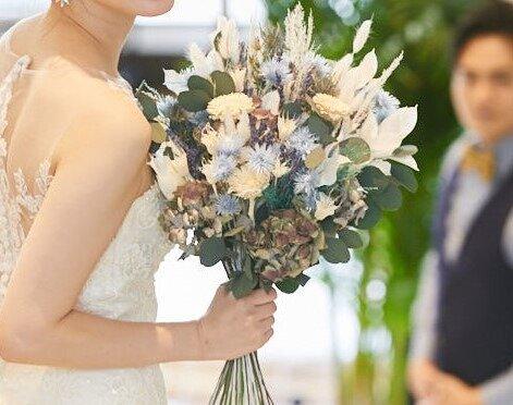 クラッチブーケを手に持つ花嫁