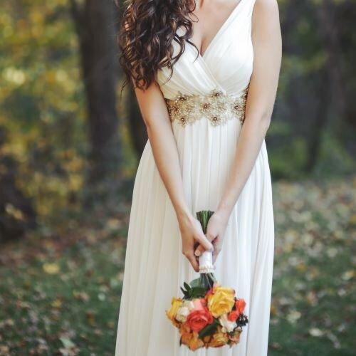 エンパイアラインのウエディングドレスを着ている女性