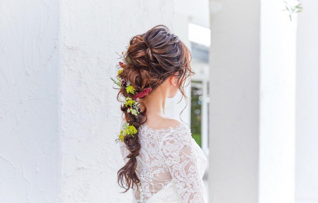 ゆるふわな編みおろしに、花飾りを付けた花嫁