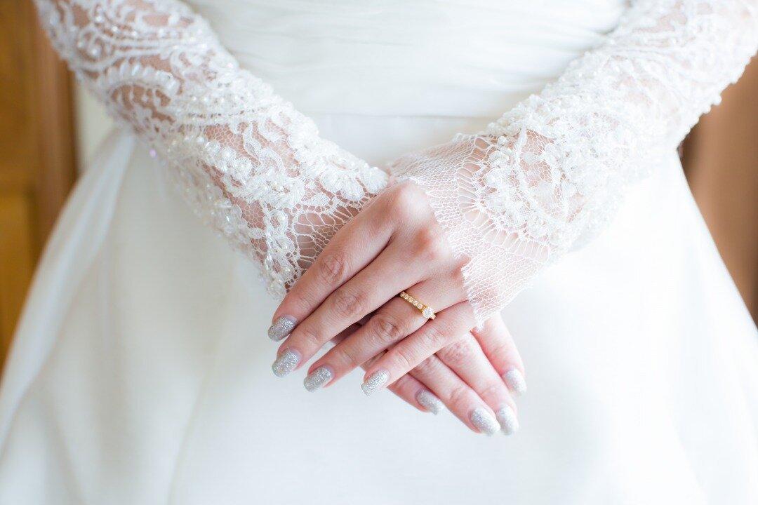 ブライダルネイルを施している花嫁
