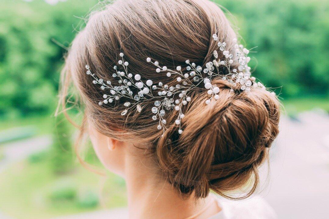 小枝をモチーフにしたヘッドドレスを付けている花嫁