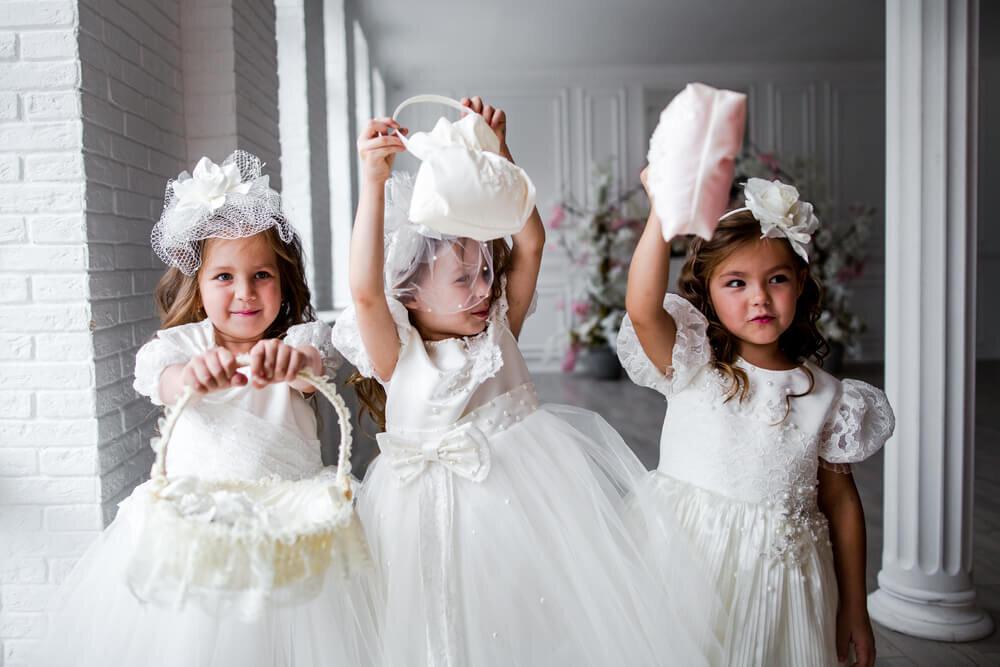 披露宴を手伝う3人の子供