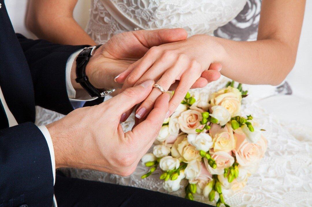 花嫁が結婚指輪をはめてもらっている様子