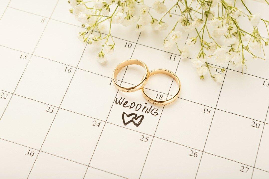 結婚式の日取りがスケジュール帳に書いてある様子