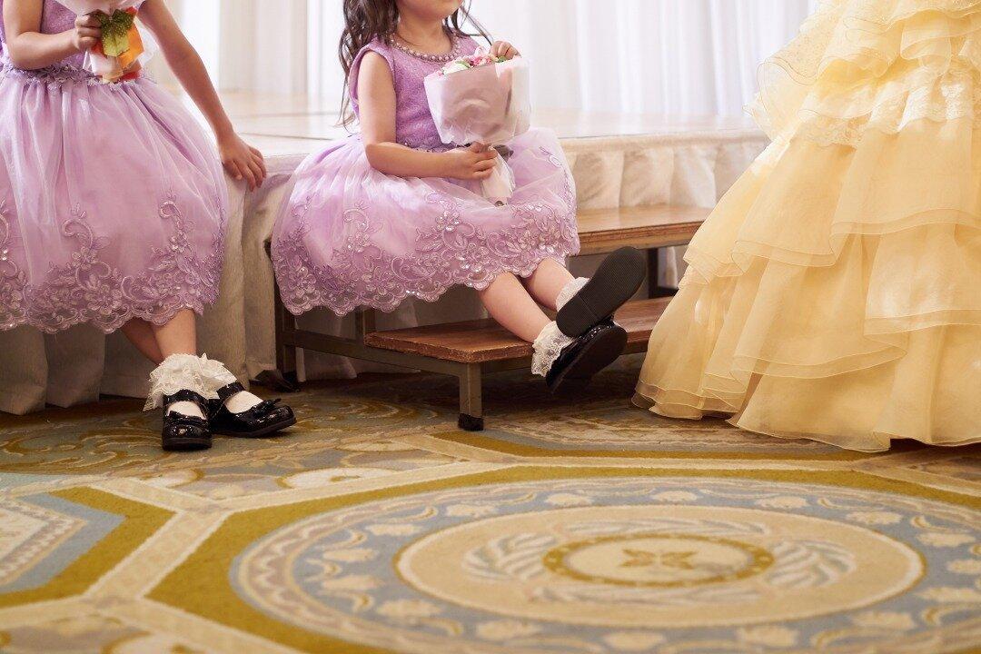 結婚式に参加している子供たち