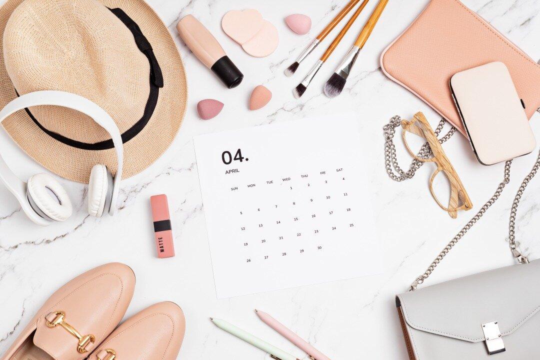 カレンダーと女性のファッション&美容アイテムが並んでいる様子