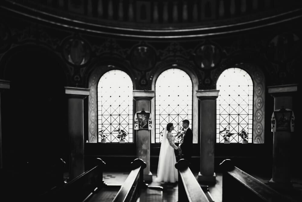 教会で手を取り合う新郎新婦