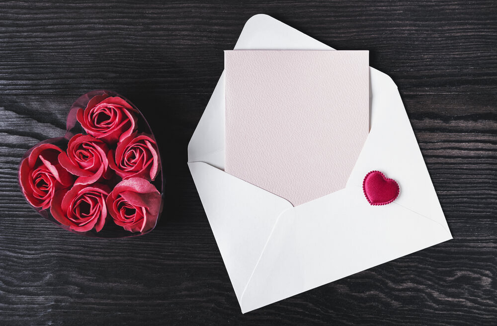 赤いバラと白封筒に入った手紙