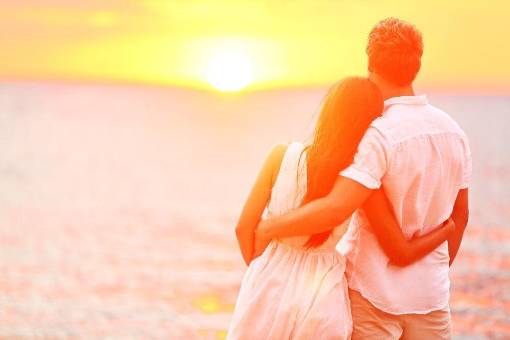手を取り合うカップル
