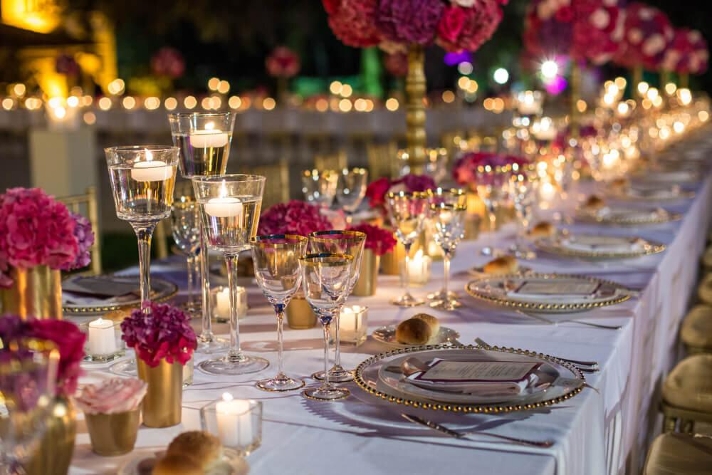 無数のキャンドルに照らされたテーブル