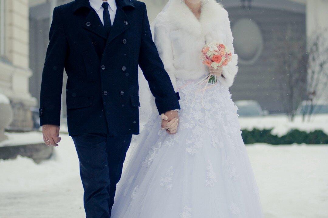 雪の中を歩く新郎新婦