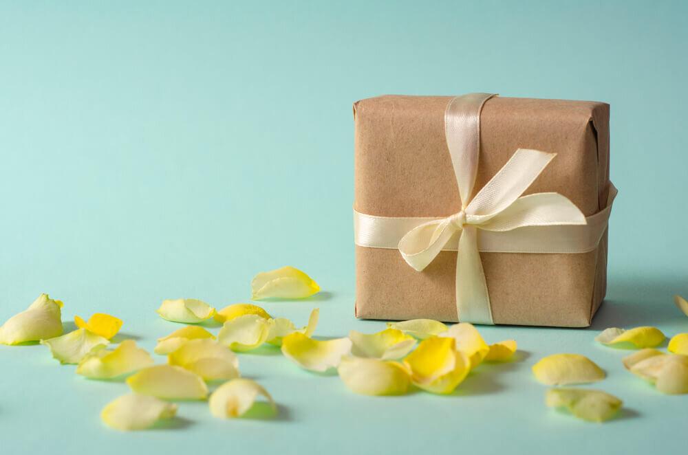 黄色の花びらとプレゼント