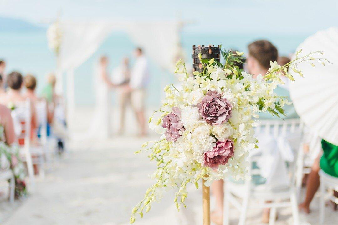 海辺で結婚式を挙げている様子