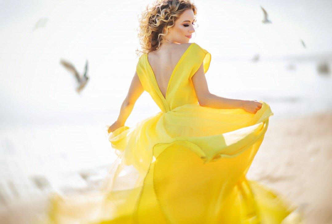 イエローのカラードレスをきた女性