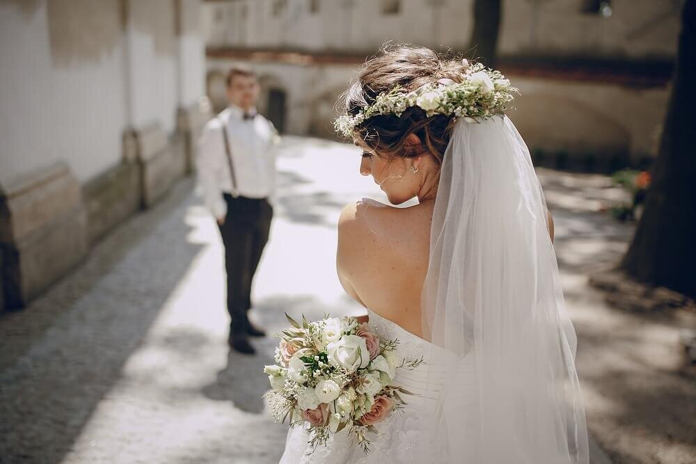 花冠をつけた花嫁