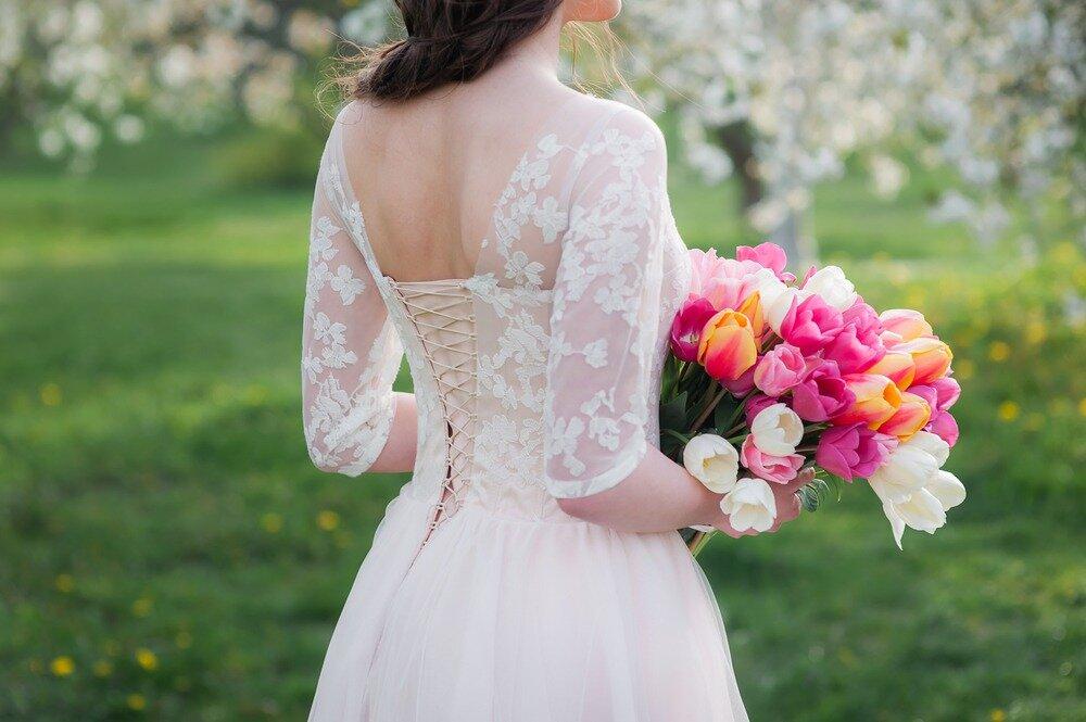 チューリップのブーケを持つ花嫁