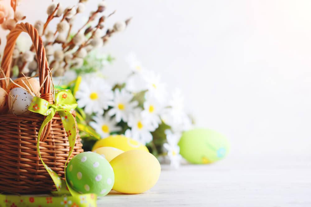 パステルカラーの卵と春の花