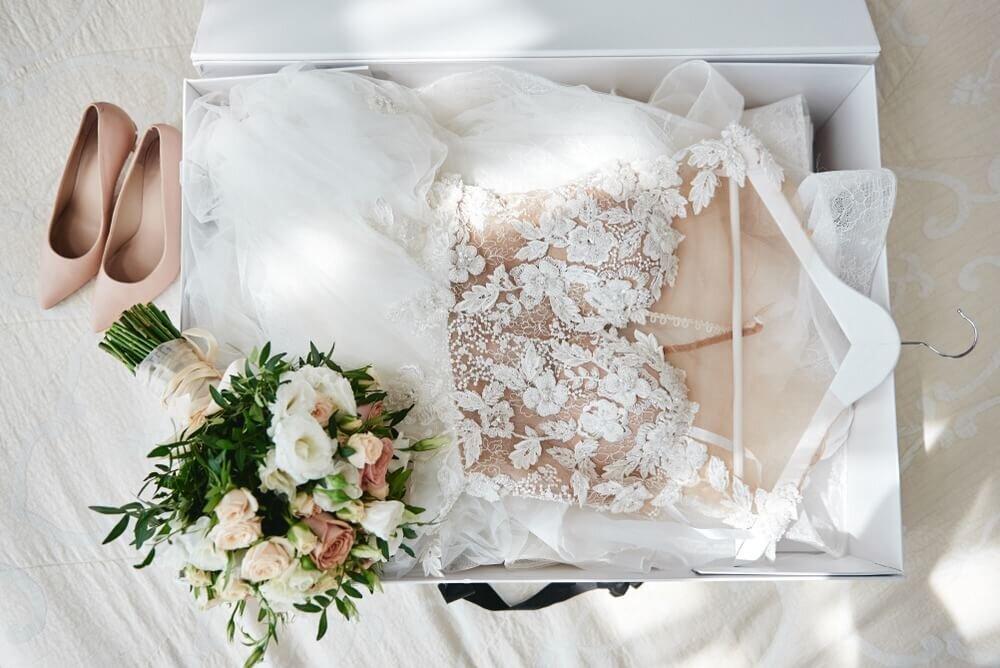 花の刺繍が入ったドレス