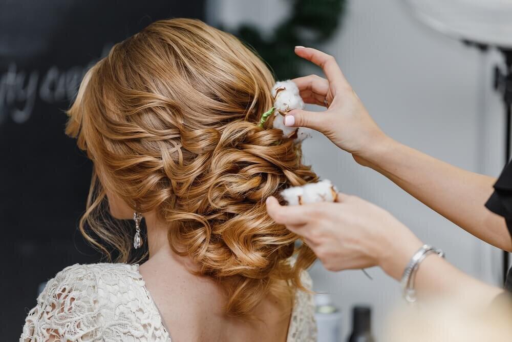 ヘアスタイリングをする花嫁