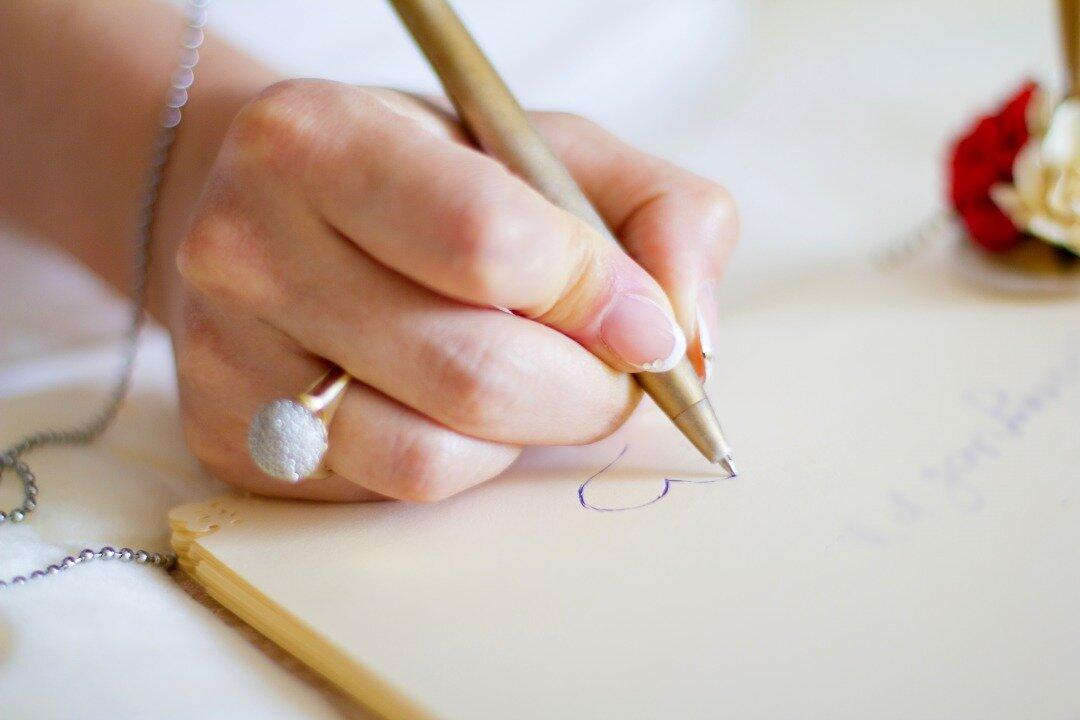 女性が手紙を書いている様子