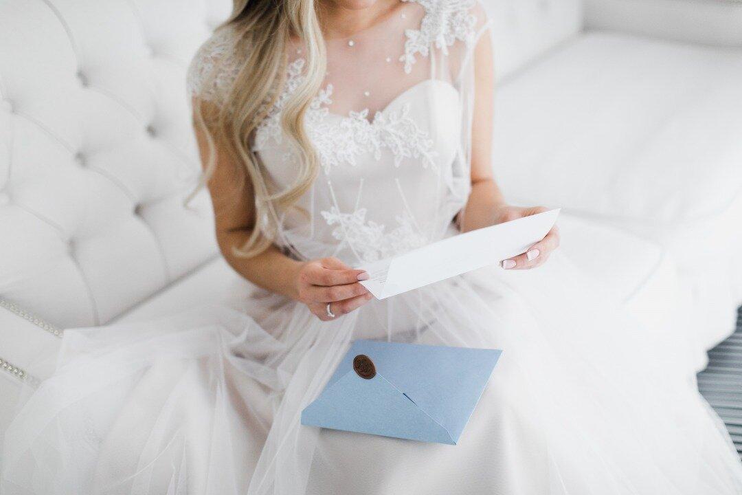 花嫁が手紙を読んでいる様子