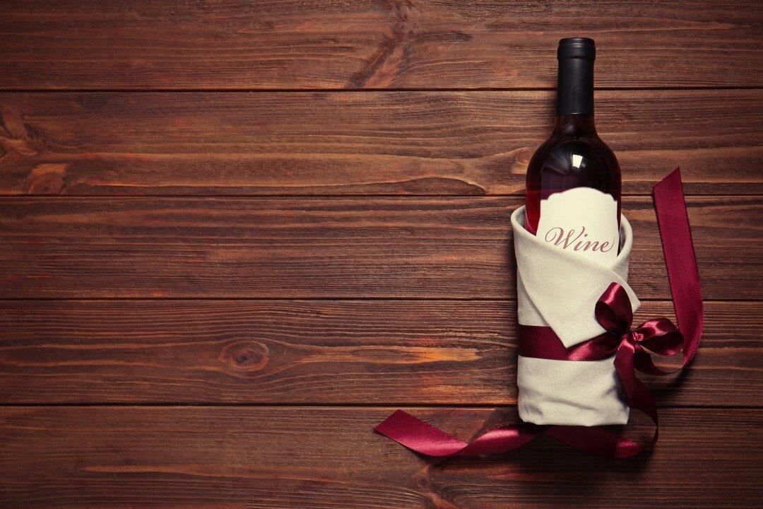 プレゼント用に包装されているワイン