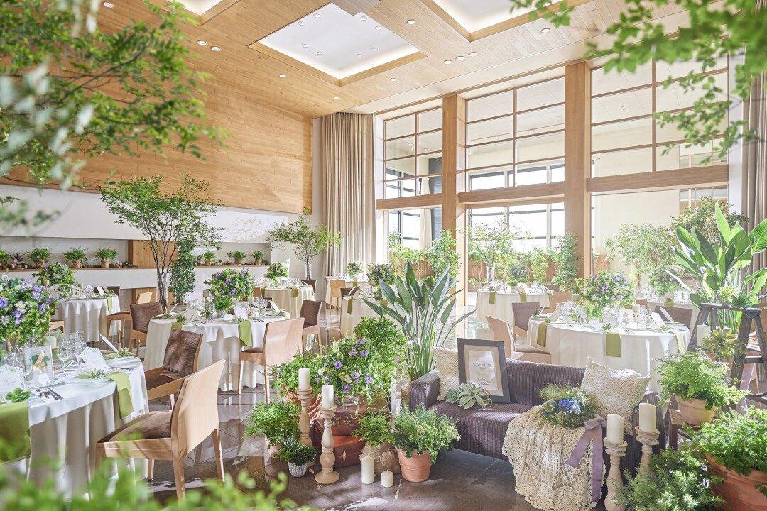 木の温もりと自然光が入る結婚式会場