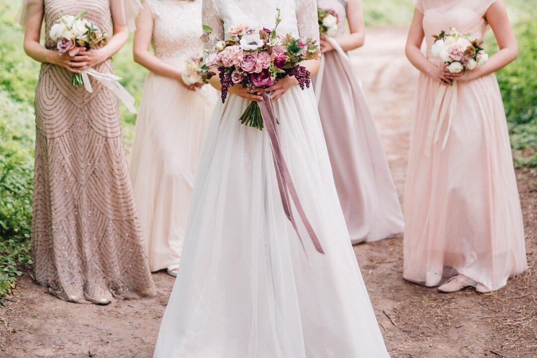 ウエディングドレスを着てブーケを手に持っている花嫁
