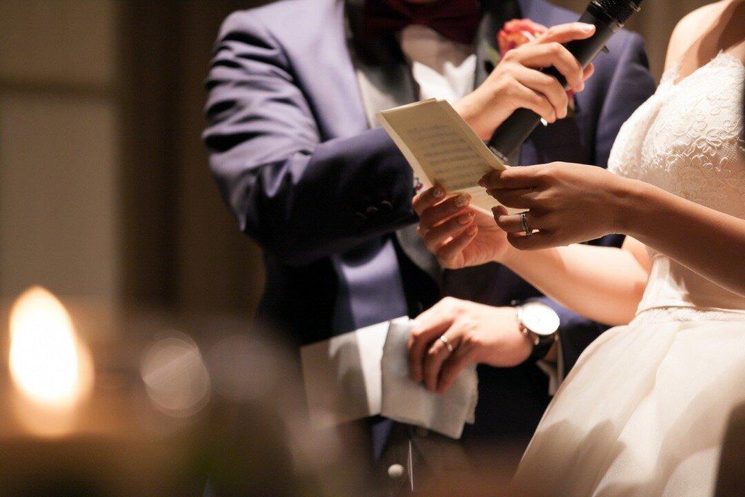 結婚式で花嫁が手紙を読んでいる様子