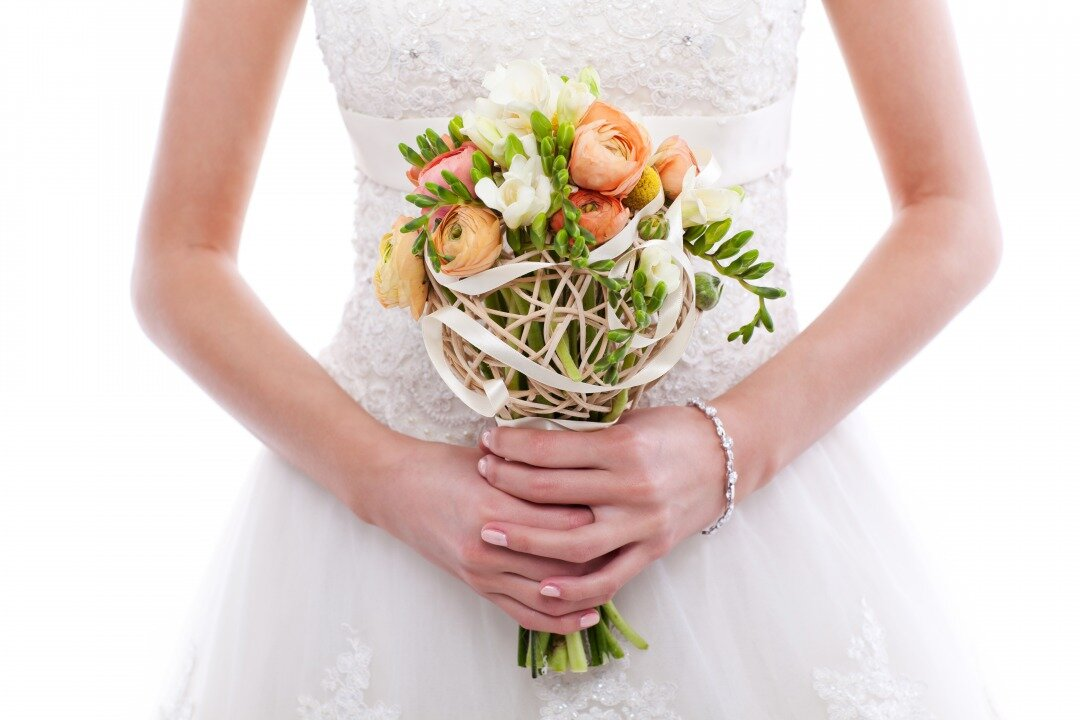 小ぶりのブーケを持つ花嫁