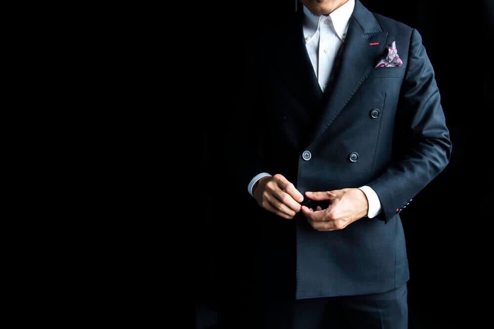 ブラックスーツとポケットチーフを組み合わせたコーデ
