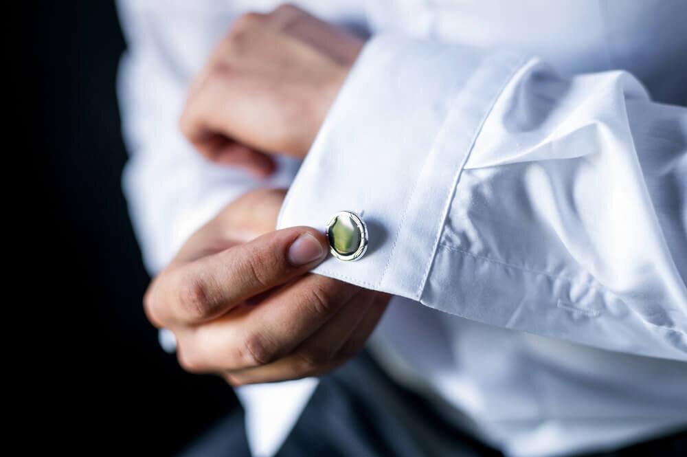 白シャツに付けられたカフスボタン