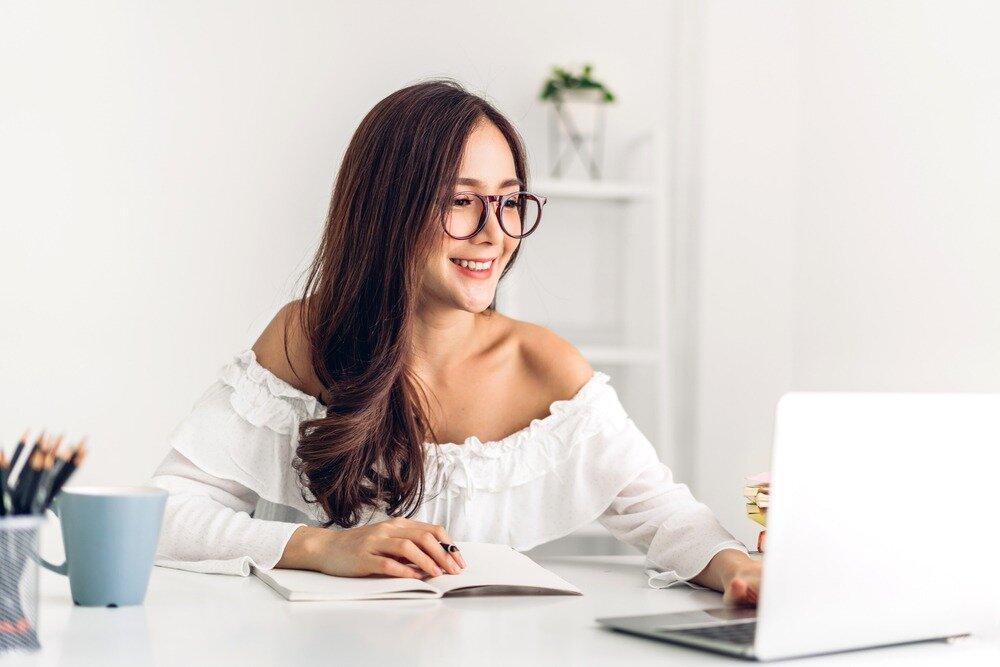 自宅でチェック作業を行う女性