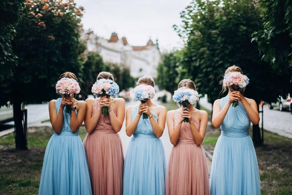 水色とピンクのドレスを着た女性たち