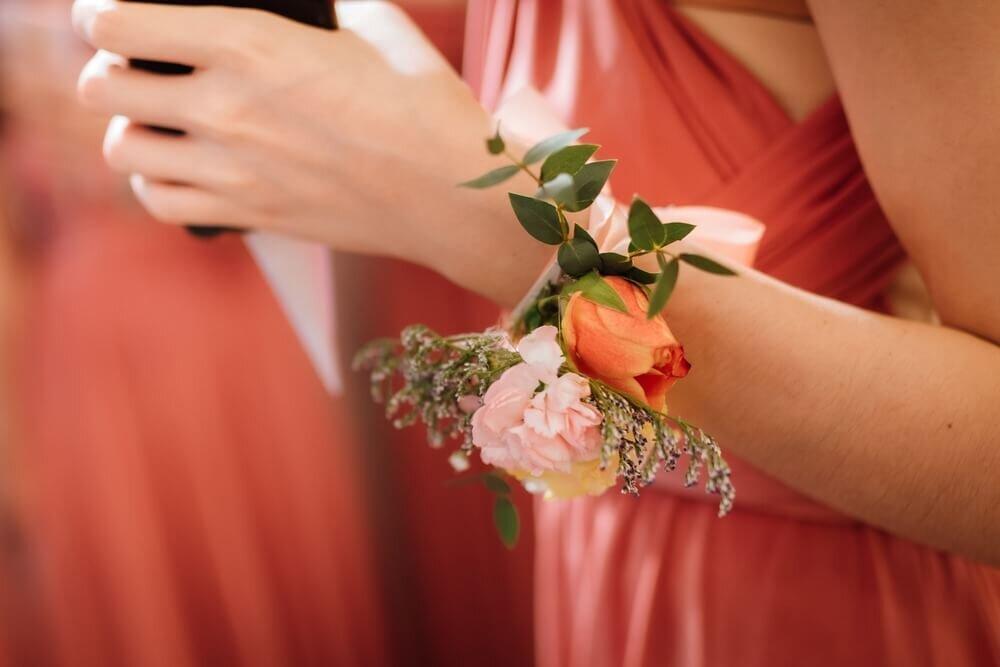 手首に巻かれたピンクの花