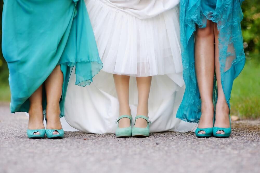 水色の靴を履いた女性たち