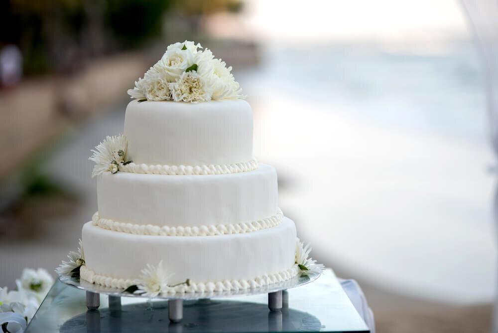 真っ白なウエディングケーキ