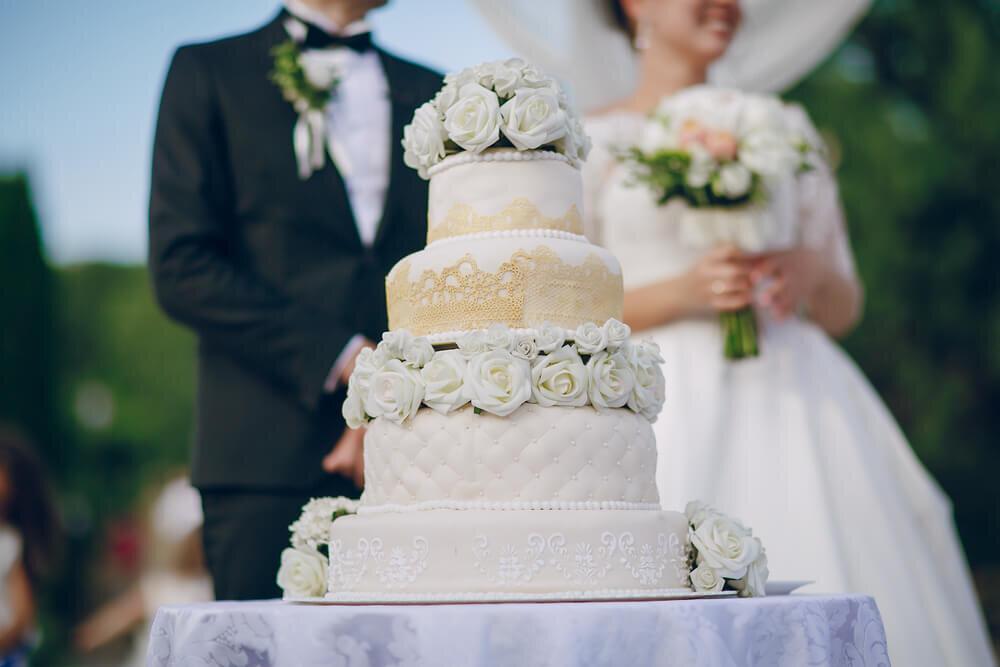 ウエディングケーキと新郎新婦