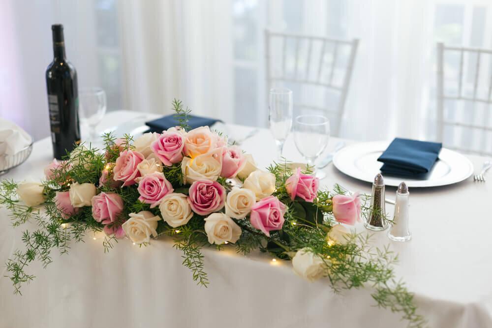 バラで飾られた新郎新婦の席