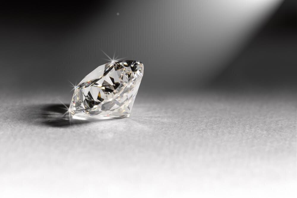 灰色の背景に光るダイヤモンド