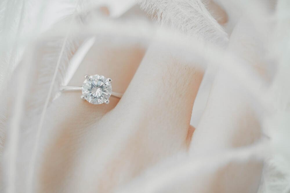 ダイヤモンドの指輪をする女性