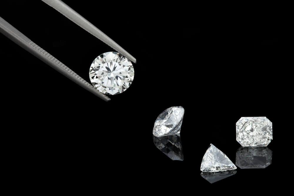 ピンセットに挟まれたダイヤモンド