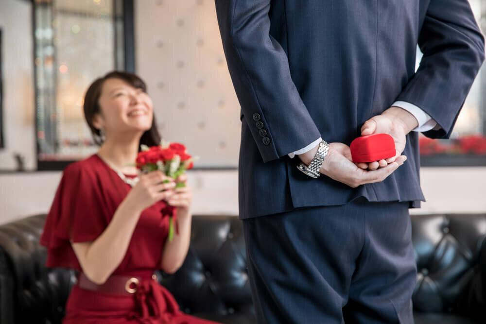 女性にプロポーズをする男性