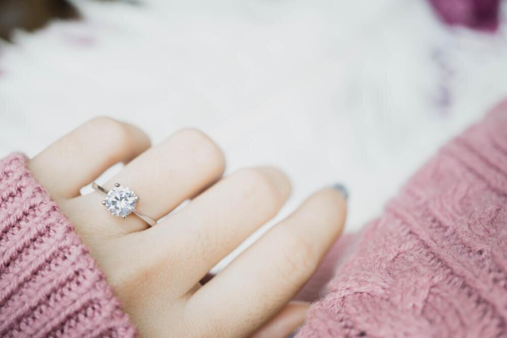 ダイヤモンドの指輪を着ける女性