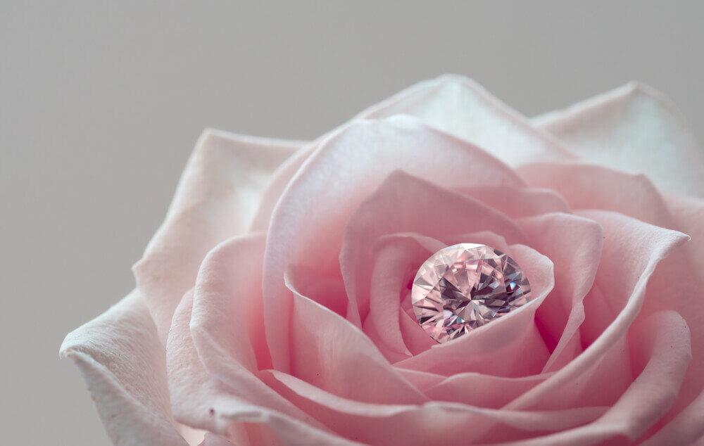 バラの中に置かれたダイヤモンド